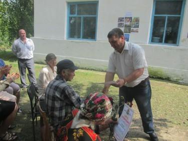 глава района награждает старейшин села.jpg